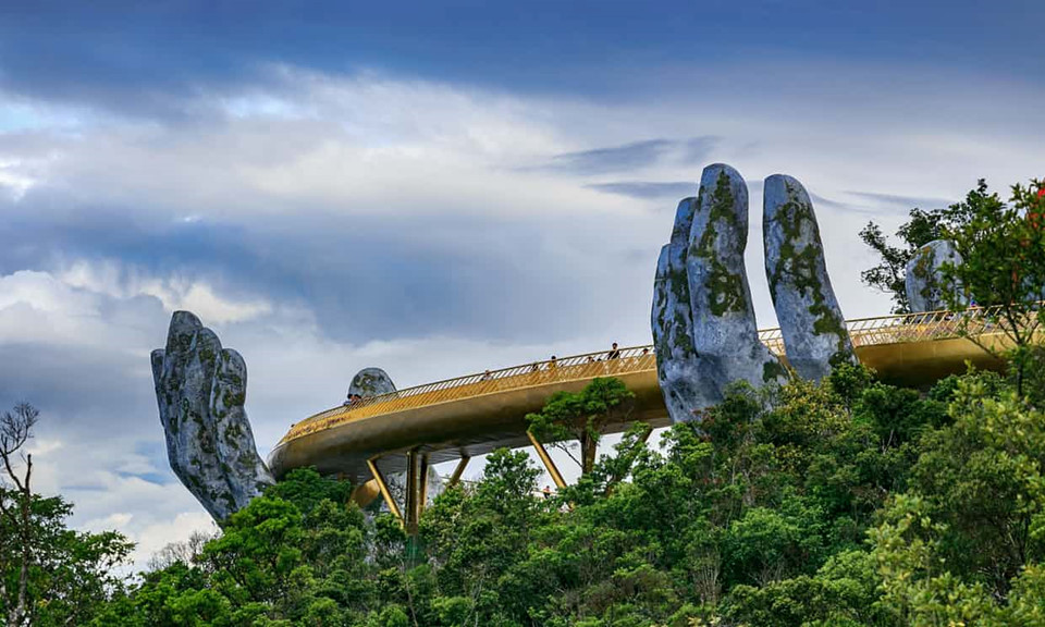 "Whose are the 2 giant hands lifting the ""Golden Bridge"" on Ba Na Hills?"