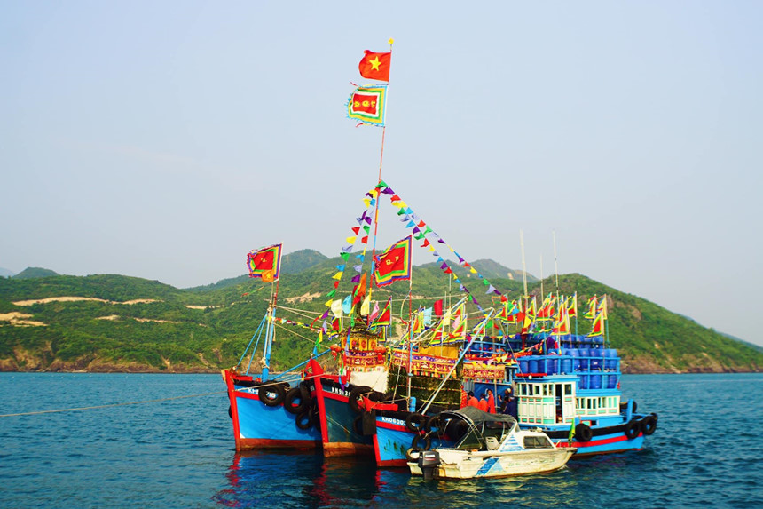 Join the colorful Cau Ngu festival on Khanh Hoa beach