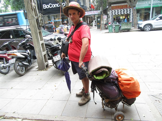 MAN WALKING AROUND WORLD ENJOYS VIETNAM